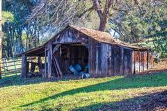 Vieux hangar en bois dans l'automne Image libre de droits