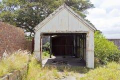 Vieux hangar rouillé de fer Images stock