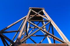 Vieux headframe de extraction en bois dans Waihi, Nouvelle-Zélande photographie stock