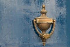 Vieux heurtoir de porte de vintage sur la porte en bois Photos stock