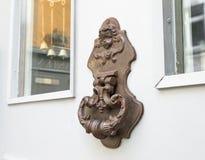 Vieux heurtoir de porte de vintage sur une porte Photographie stock