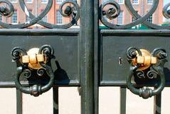 Vieux heurtoir de porte en métal Photographie stock