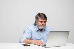 Vieux hommes à l'aide de l'ordinateur portable Photos libres de droits