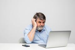 Vieux hommes à l'aide de l'ordinateur portable Photographie stock