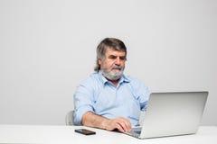 Vieux hommes à l'aide de l'ordinateur portable Photo libre de droits
