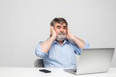 Vieux hommes à l'aide de l'ordinateur portable Photo stock