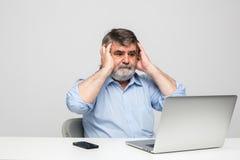 Vieux hommes à l'aide de l'ordinateur portable Image stock