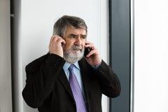 Vieux hommes élégants parlant au téléphone portable Photos libres de droits