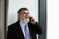 Vieux hommes élégants parlant au téléphone portable Photographie stock