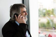Vieux hommes élégants parlant au téléphone portable Photos stock