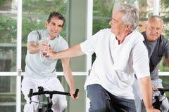 Vieux hommes avec de l'eau dans la forme physique Image stock