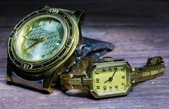 Vieux hommes et montres-bracelet des femmes Photos stock
