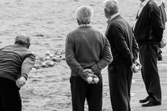Vieux hommes jouant le petanque images stock
