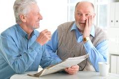 Vieux hommes lisant un journal Photo libre de droits