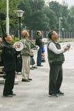 Vieux hommes pilotant des cerfs-volants à Chengdu, porcelaine Photo stock