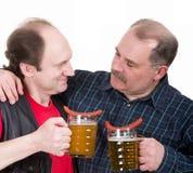 Vieux hommes retenant un ventre de bière Images stock