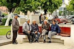 Vieux hommes s'asseyant sur un banc de parc dans Bitola Photographie stock libre de droits