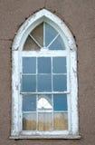 Vieux hublot d'église et mur d'Adobe Photo libre de droits