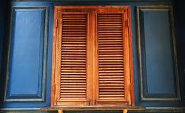 Vieux hublots avec le mur bleu Photos stock