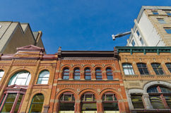 Vieux immeubles de bureaux avec le ciel bleu Photo libre de droits