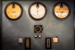 Vieux instruments de mesure de l'électronique industrielle à une entreprise Photo stock