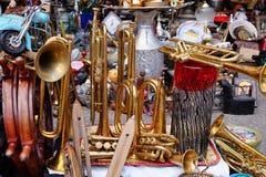 Vieux instruments en laiton au marché aux puces, Grèce Image stock
