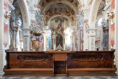 Vieux intérieurs d'architecture d'église et banc en bois images stock