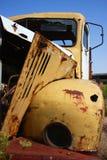 Vieux, jaune camion rouillé Image libre de droits
