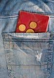Vieux jeans avec des pièces de monnaie et passeport dans la poche Photo libre de droits