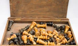 Vieux jeu d'échecs dans une boîte en bois Image libre de droits