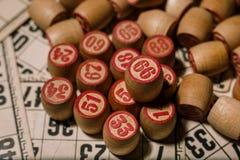 Vieux jeu de table de loto avec les éléments en bois Images libres de droits
