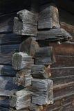 Vieux joint faisant le coin délabré de cabane en rondins en bois Images stock