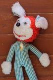 Vieux jouet déchiré d'enfance sur le plancher Photographie stock libre de droits