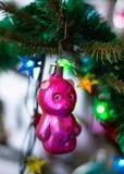 Vieux jouet du ` s d'arbre de Noël sous forme de nounours Image stock
