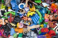 Vieux jouets cassés oubliés Images stock
