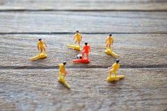 Vieux jouets de footballeurs sur la table en bois Photos libres de droits