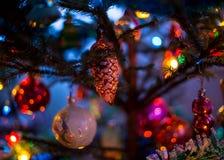 Vieux jouets du ` s d'arbre de Noël Photos stock