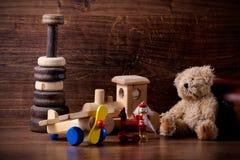 Vieux jouets en bois d'enfants avec l'ours de nounours Photos stock