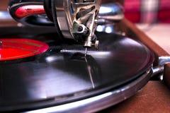 Vieux joueur de phonographe, plan rapproché Rétro image dénommée d'une collection de vieux ` s de lp de disque vinyle avec des do images stock