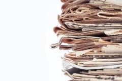 Vieux journaux minables jaunes dans le tas d'isolement sur le fond blanc Photo stock