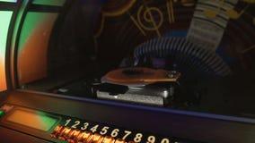 Vieux juke-box jouant automatiquement les disques sélectionnés de musical dans le bar, rétro partie banque de vidéos