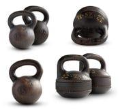 Vieux kettlebell de fonte 16 et 32 kilogrammes sur le fond blanc Photographie stock libre de droits