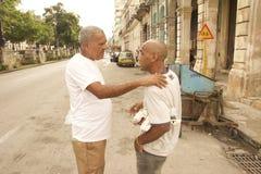 VIEUX LA HAVANE AMIS DE LA SCÈNE DEUX DE RUE DU CUBA Photographie stock libre de droits