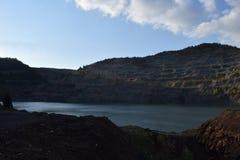 Vieux lac de mine dans le jour d'hiver Image stock