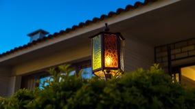 Vieux lampadaire par nuit tôt Image stock