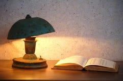 Vieux lampe et livre Images stock