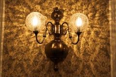 Vieux lampe et papier peint Photographie stock