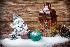 Vieux lanterne et cadeaux dans la neige photographie stock libre de droits