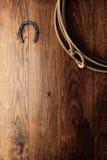 Vieux lasso de fer à cheval et de lasso sur le mur en bois de grange Photos libres de droits