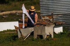 Vieux lavages ruraux de femme dans la cuvette photo stock